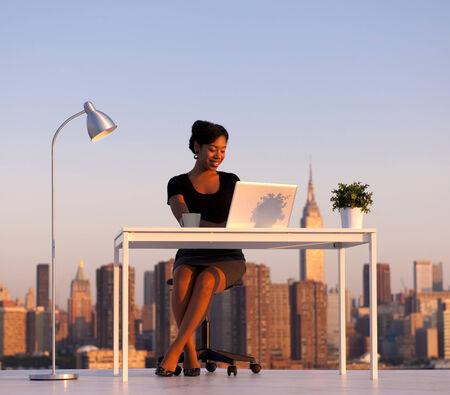 近代的な都市の美しいアフリカ系アメリカ人ビジネスの女性。ニューヨークのビジネス シリーズ。