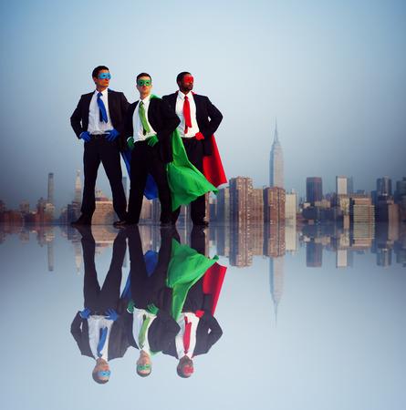 in action: Hombres de negocios del super héroe delante de la ciudad de Nueva York