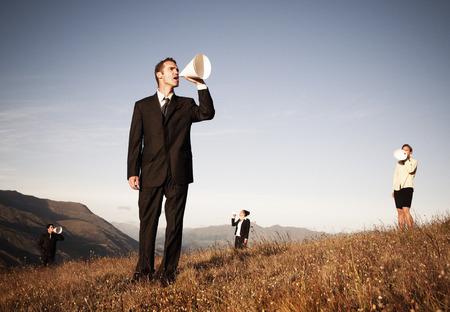 hombre megafono: La gente de negocios que grita a trav�s del meg�fono de papel