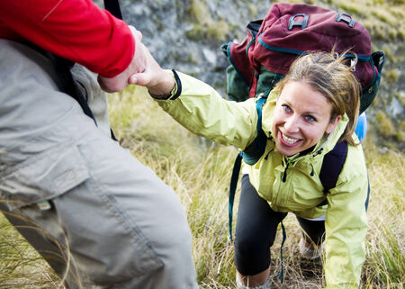 personas ayudando: Los excursionistas ayud�ndose unos a otros a una monta�a.