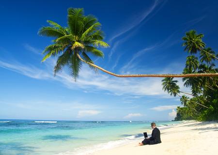 vacanza al mare: Uomo d'affari che lavora alla spiaggia. Archivio Fotografico