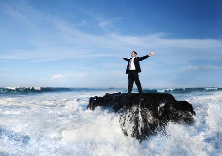 Homme d'affaires rester seul sur l'île.
