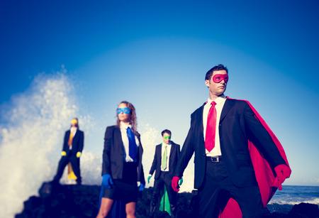 Superhéroes de negocios en la playa. Foto de archivo