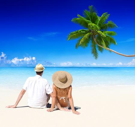 playas tropicales: Pareja de relax en la playa. Foto de archivo