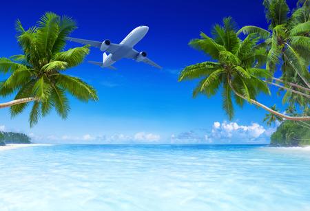 Vliegtuig vliegt over tropisch strand.