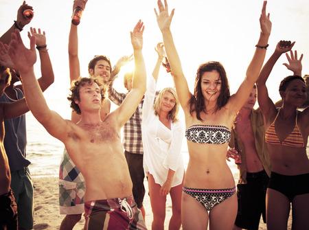 danza africana: Grupo de gente disfrutando de una fiesta en la playa de verano.