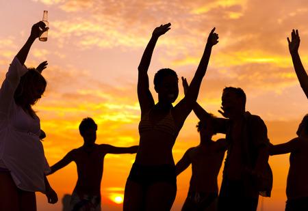gente bailando: La gente disfruta de fiesta en la playa. Foto de archivo