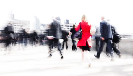 Vrouw haasten in een stad.