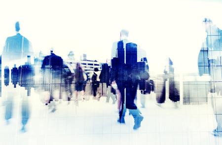 都市景観の上を歩いてビジネス人々