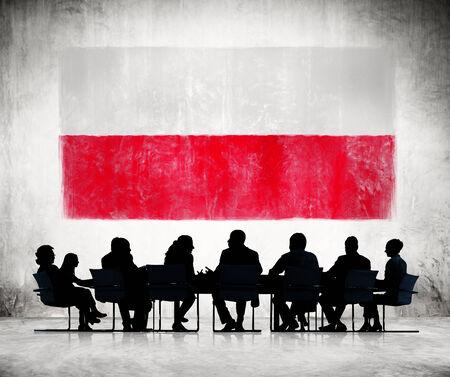bandera de polonia: La gente de negocios en una reuni�n con la bandera de Polonia