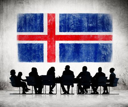 icelandic flag: La gente de negocios en una reuni�n con la bandera de Islandia