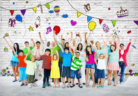 personas festejando: Grupo de personas multi�tnicas celebrando.