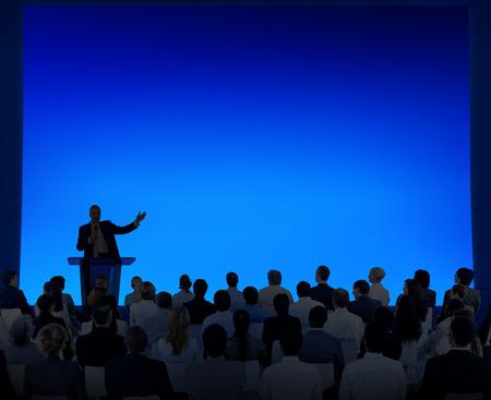 Grupo de hombres de negocios escuchar un discurso