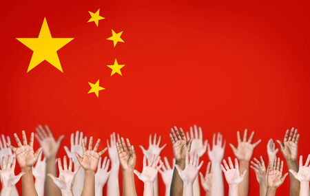 manos levantadas: Las manos de la gente Alzar con la bandera china en el fondo