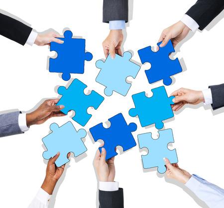 Groupe de mains tenant Jigssaw Puzzle Banque d'images - 34537426