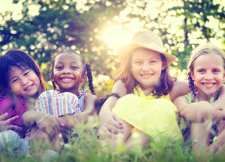 公園の概念を笑顔の女の子のグループ