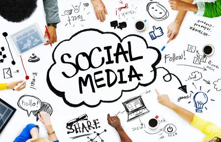 medios de comunicaci�n social: Grupo de personas con Social Media Concept