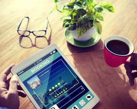 Man Reservatie Hotel Reservation op digitale tablet