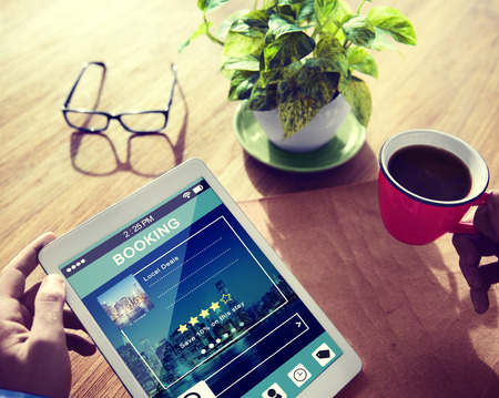 Man Reservierung Hotel Reservierung auf Tablet PC