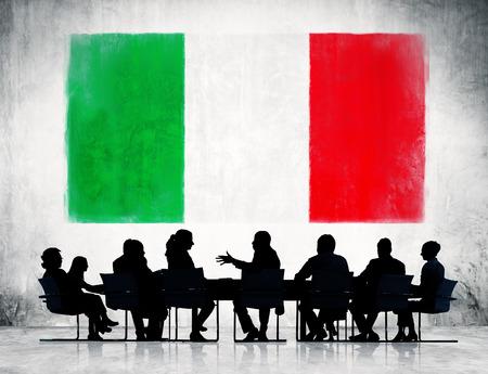bandera italiana: Bandera italiana y un grupo de gente de negocios.