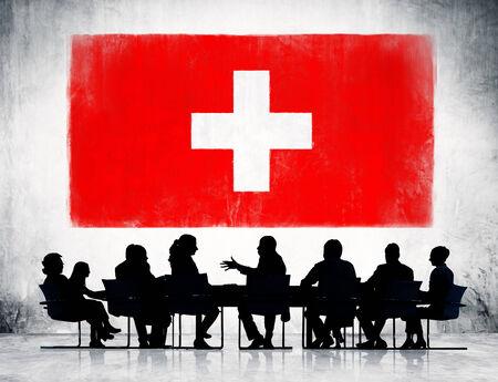 zwitserland vlag: Zwitserland vlag en een groep van mensen uit het bedrijfsleven.