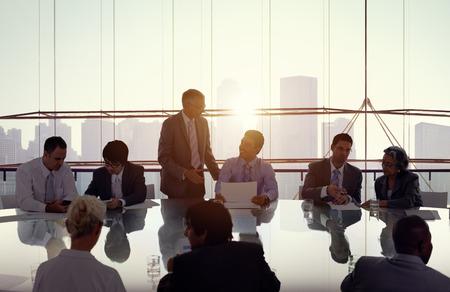 trabajando: La gente de negocios en una reunión y el trabajo conjunto Foto de archivo