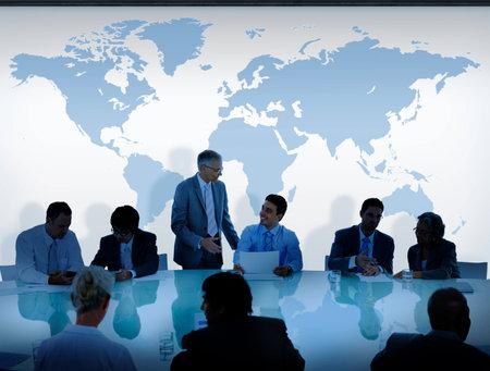 Les gens d'affaires ayant une discussion et Carte du monde