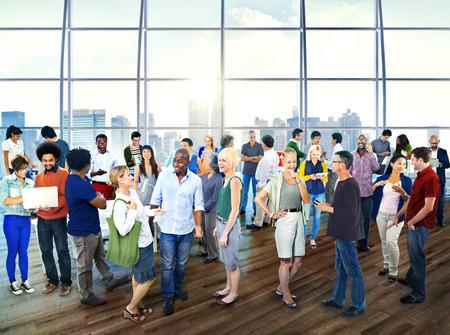 사람들이 비즈니스 커뮤니케이션 사무실 개념의 Multiethic 그룹 스톡 콘텐츠