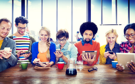 多様な人々 がデジタル機器無線通信の概念