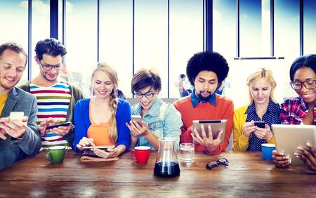 diversidad: Diversos dispositivos Gente Digital Wireless Communication Concept