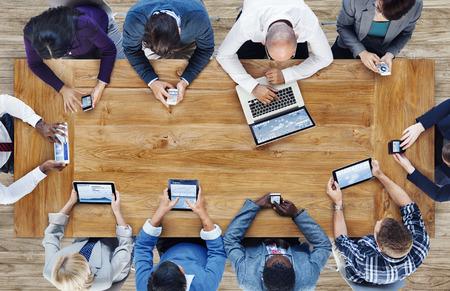 Группа деловых людей с помощью цифровых устройств