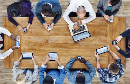 technology: Skupina lidí podnikání pomocí digitálních zařízení