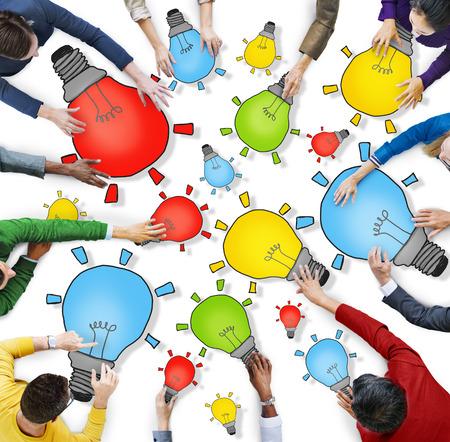 personas unidas: Grupo de personas con el s�mbolo de la bombilla