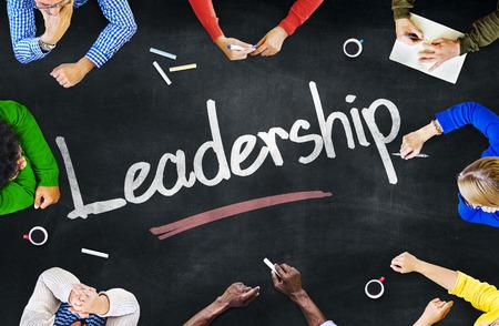 Groep van multi-etnische mensen bespreken over leiderschap