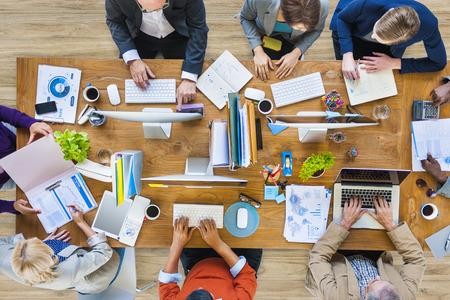 administrative: Grupo de multi�tnicos gente ocupada trabajando en una oficina