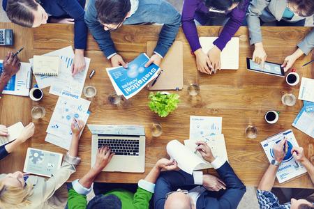 reunion de trabajo: Grupo de hombres de negocios en una reunión