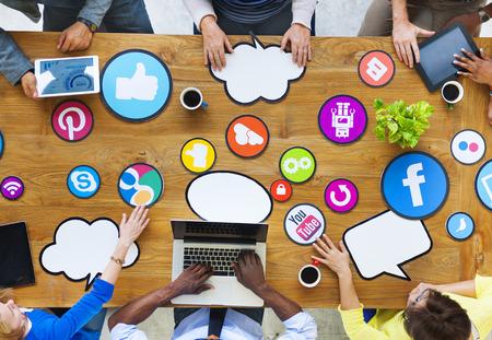 多民族の人々 が社会的なメディアとの接続