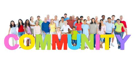 """Multi-etnische groep van mensen die """"GEMEENSCHAP"""" brieven"""