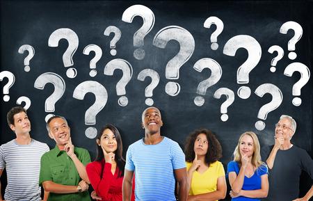 Diverse mensen aan het denken en Vraagtekens
