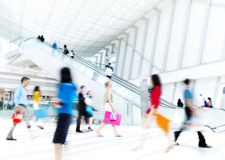 bewegung menschen: Bewegungsunsch�rfe Die Menschen in der Shopping Mall Lizenzfreie Bilder