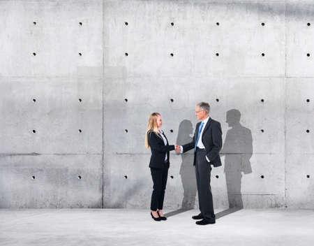 bedrijfshal: Business Handshake on an Industrial Building