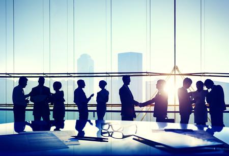 Schattenbilder der Geschäftsleute Arbeiten