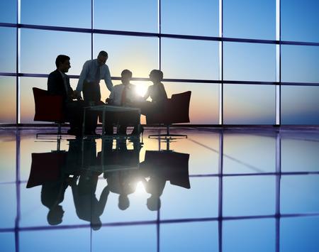 personas: Grupo de hombres de negocios reunión en Contraluz