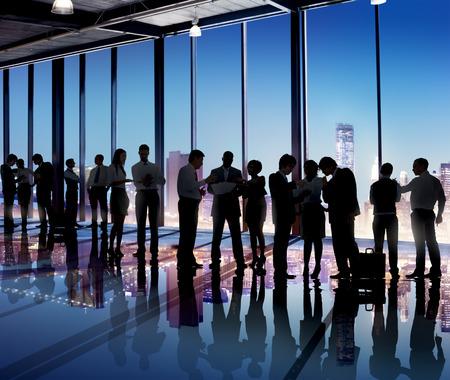 personas hablando: Grupo de hombres de negocios trabajando en la oficina Foto de archivo