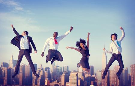 gente saltando: Logro Gente de negocios �xito City Concepto Foto de archivo