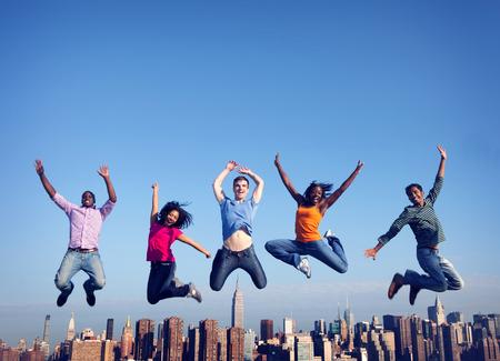 Les gens joyeux Saut Amitié Bonheur Ville Concept