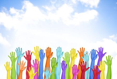 manos levantadas: Manos levantadas coloridas con el cielo azul