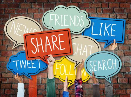 両手カラフルなスピーチの泡ソーシャル メディア コンセプト 写真素材