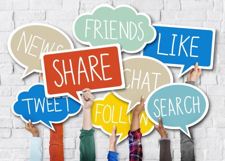 多様な両手でスピーチの泡ソーシャル メディア コンセプト