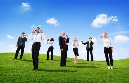 Gens d'affaires Parler extérieur par Tin pouvez téléphoner Banque d'images
